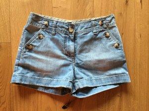Hellblaue Shorts mit beigen Knöpfen