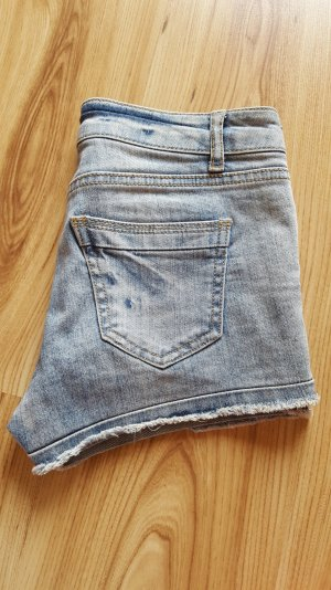 hellblaue Shorts mit used-Look