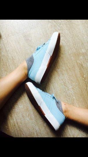 Hellblaue Superga Schuhe