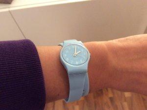 Hellblaue Uhr mit Doppelarmband von Swatch