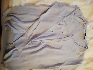 hellblauer cardigan von zara mit Perlen als knopfleiste