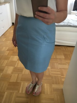 Falda de cuero azul celeste