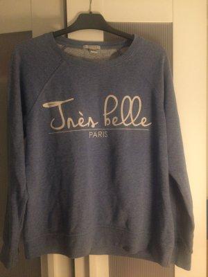Hellblauer, kaputzenloser Pullover mit weißer Aufschrift