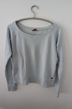 hellblauer Pullover, kurz geschnitten