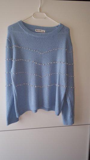 hellblauer pullover mit perlen