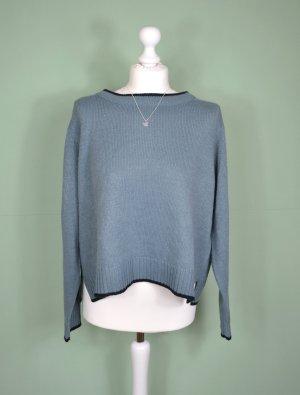 Hellblauer Pullover mit Schlitzen