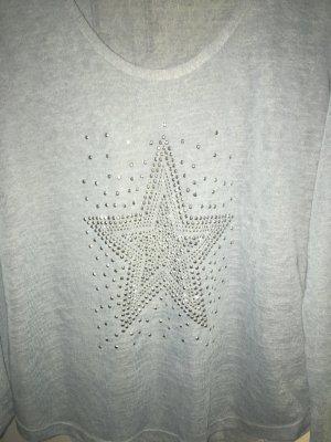Hellblauer Pullover mit Stern