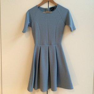 Hellblaues ASOS Kleid mit Strukturmuster