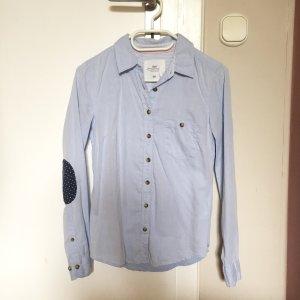 Hellblaues Hemd mit Patches