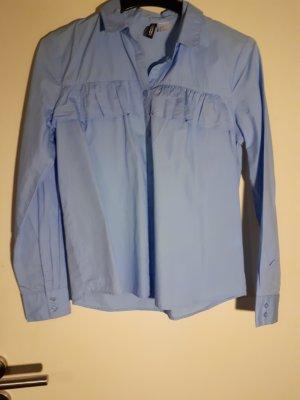 hellblaues Hemd mit Volant