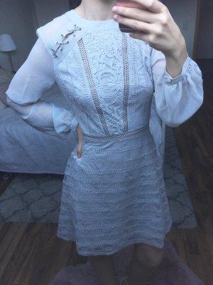 Hellblaues Kleid aus Spitze