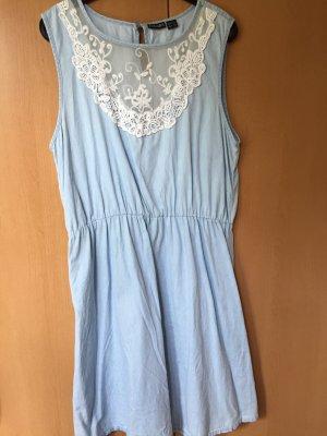 hellblaues Kleid mit weißer Spitze