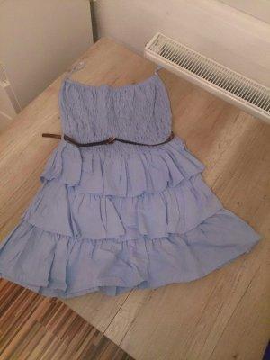 hellblaues Kleidchen mit braunem Gürtel