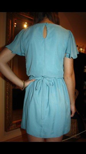 Hellblaues kurzes Kleid