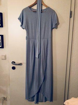 Hellblaues Schlitzkleid und Taillenband