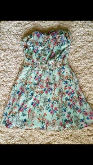 Hellblaues schulternfreies Kleid mit Blumenmuster