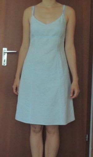 Hellblaues Sommerkleid aus Leinen
