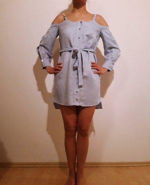 Hellblaues Sommerkleid in coolem Schnitt