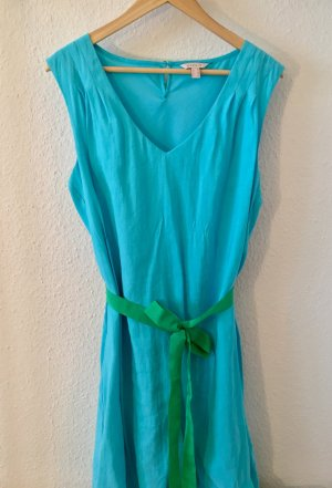 Hellblaues Sommerkleid mit Farbakzent