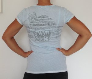 hellblaues T-Shirt mit V-Ausschnitt