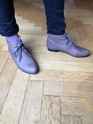 Hellbraune halbhohe Schuhe