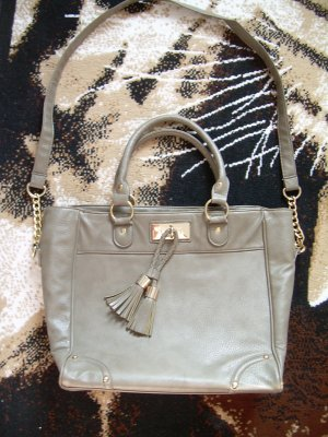hellbraune Handtasche von Atmosphere mit goldenen Details