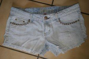Helle Hotpants/ kurze Jeanshose / Shorts von Fishbone mit Nieten und Fransen (Gr. M