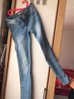 Helle Jeans Hose für den Sommer