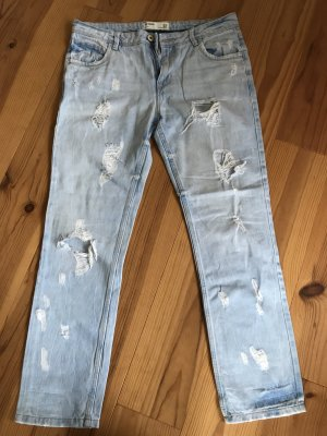 Helle Jeans mit Löchern