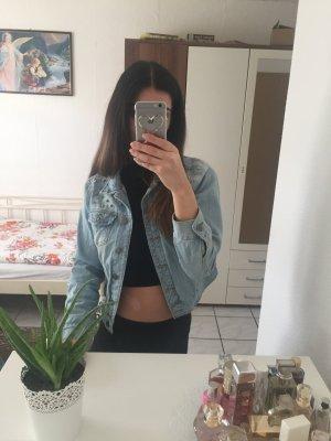helle Jeansjacke mit Nieten