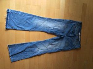 Helle Wrangler-Jeans mit Schlag