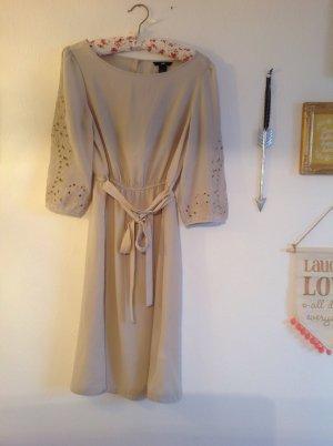 Helles Kleid mit Lochmuster