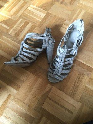Hellgraue Sandaletten mit Phytonprägung