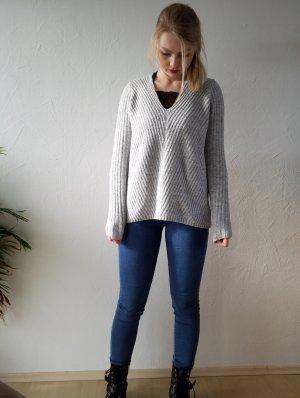Hellgrauer kuscheliger Pullover mit V-Ausschnitt