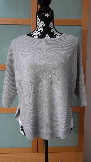 Hellgrauer Pullover in rundem Schnitt
