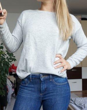 hellgrauer Pullover mit Zipp
