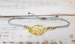 hellgraues Makramee Armband mit goldenem Blatt und goldenen Perlen NEU und größenverstelbar