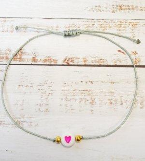 hellgraues Makramee Armband mit goldenen Perlen und rosanem Herz  NEU und größenverstellbar