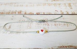 hellgraues Makramee Armband mit goldenen Perlen und rotem Herz NEU und größenverstellbar