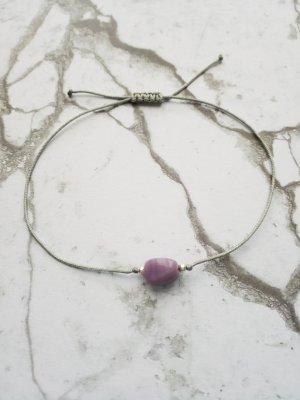 hellgraues Makramee Armband mit lilafarbenem Stein und silbernen Perlen