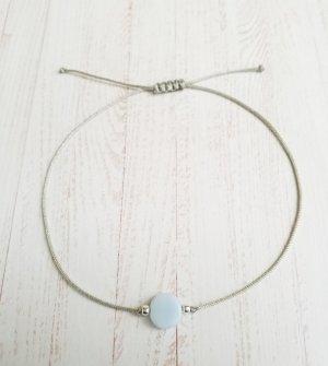 hellgraues Makramee Armband mit silbernen Perlen und hellblauem Stein. NEU und größenverstellbar