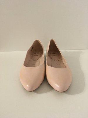 Hellrosa ballerinas.