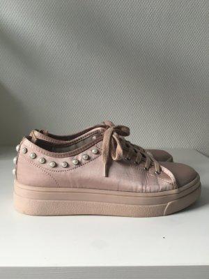 Hellrosa Satin Plateau Sneaker mit Perlenbesatz