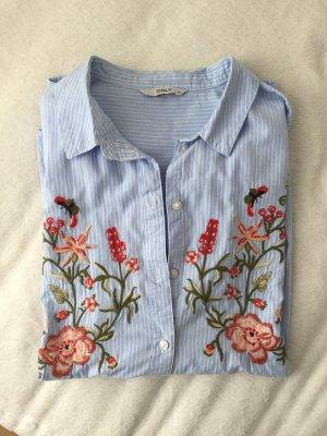 Hemd mit Blumenverzierung