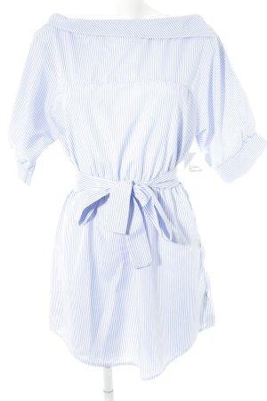 Hemdblousejurk azuur-wit gestreept patroon minimalistische stijl
