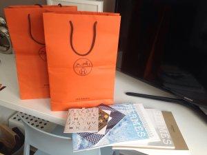 Hermes Tüten und Kataloge neu