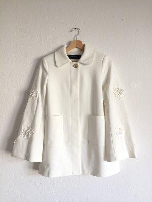 Hervorragende Jacke von Zara mit Blumenstickerei an den Ärmeln in weiß