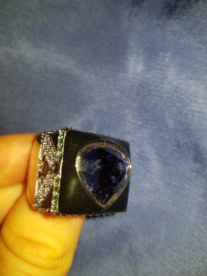 Herzförmiger Ring mit bunten Steinen