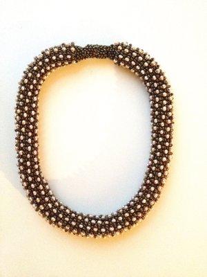 High End Modeschmuck: Dreidimensional geknüpfte Perlenkette