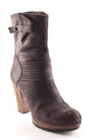 Botas de tacón alto marrón oscuro look casual